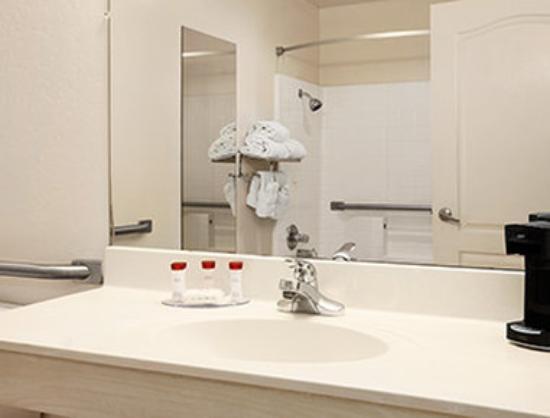 Ramada Glendale: ADA Bathroom