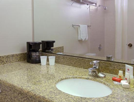 Days Inn Anaheim Near the Park: Bathroom