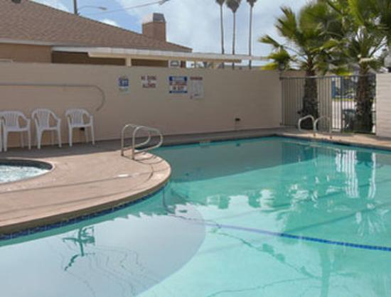 Days Inn Anaheim Near the Park: Pool