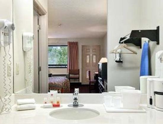 Knights Inn Adairsville : Bathroom