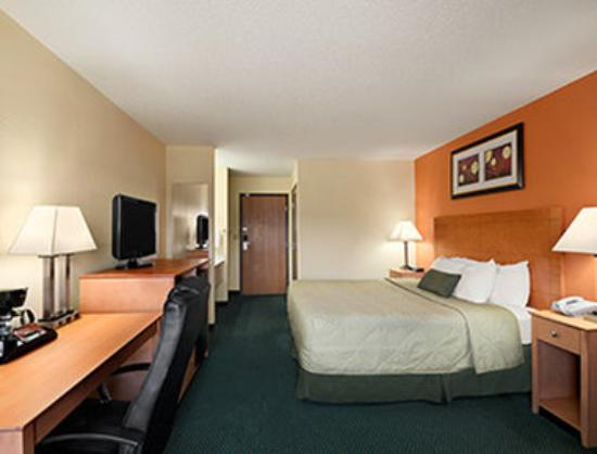 Days Inn Racine/Sturtevant: King Room with Couch