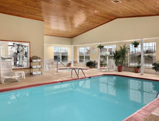 Ramada Elizabethtown: Pool