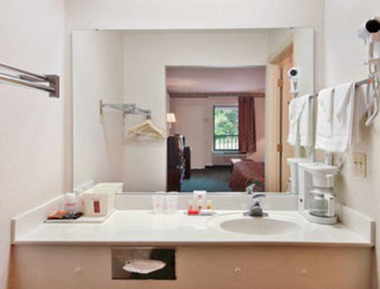 Ramada Limited Ridgeway: Bathroom