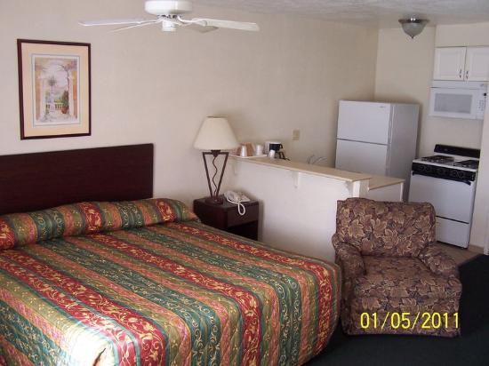 American Inn & Suites: 2 BRM STE-1KG, 1QN BED SMOKING