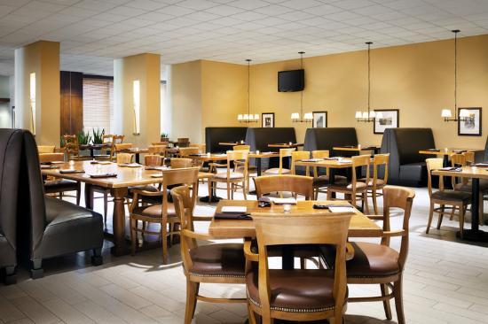 Sheraton Milwaukee Brookfield Hotel: Brew Town Tap