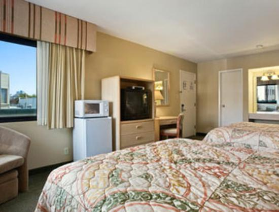 San Francisco at The Presidio Travelodge : Standard Two Queen Bed Room