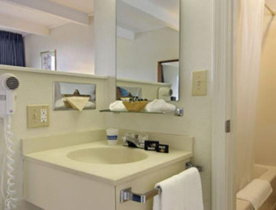 Lake George NY Travelodge : Bathroom