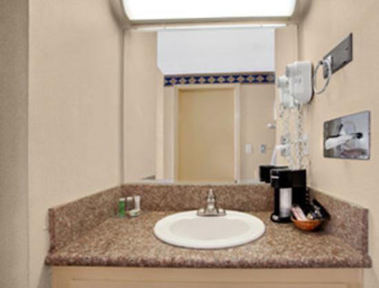 Travelodge Torrance/Redondo Beach: Bathroom