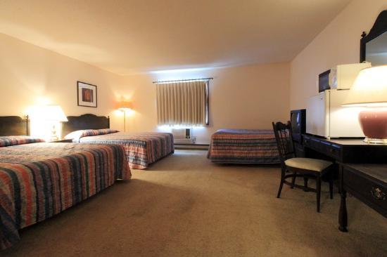 Americas Best Value Inn: 2 Queen Beds 1 Double Bed Deluxe