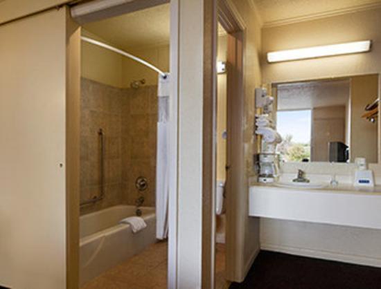 Magnuson Hotel Opelika: ADA Bathroom