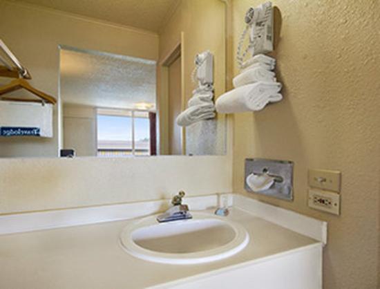 Magnuson Hotel Opelika: Bathroom