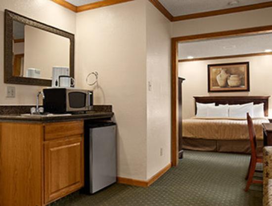 Travelodge Colorado Springs: King Suite