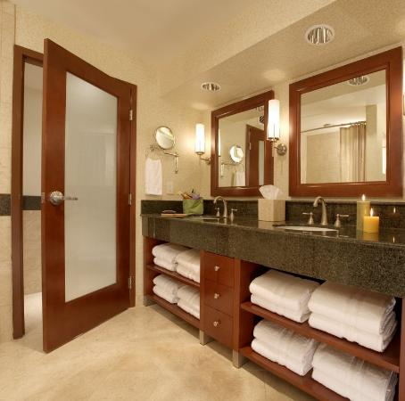 Monterey Bay Inn: Guest Bathroom