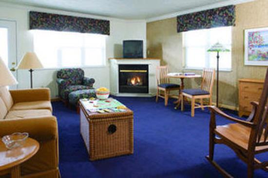Cherry Tree Inn & Suites: Leelanau Suite Living Area