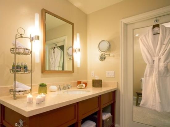 Oceana Beach Club Hotel: Typical Bathroom