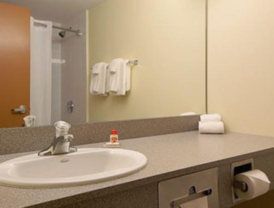 Super 8 Midland: Bathroom