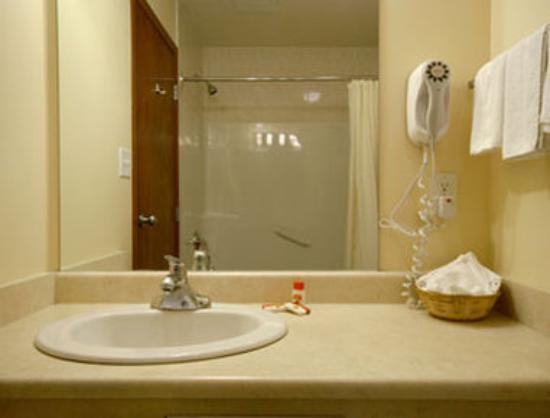 Super 8 Fort Saskatchewan : Bathroom