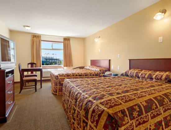 Super 8 Fort Saskatchewan : Two Queen Bed Room with MicroFridge