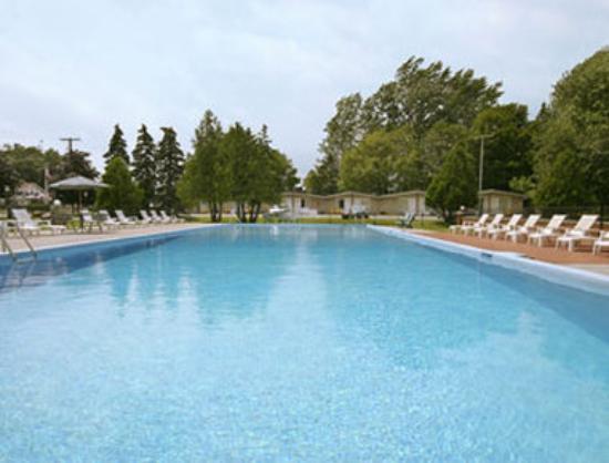 Ramada Gananoque Provincial Inn: Pool