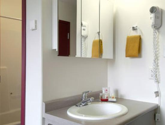 Ramada Limited Fort Nelson : Bathroom