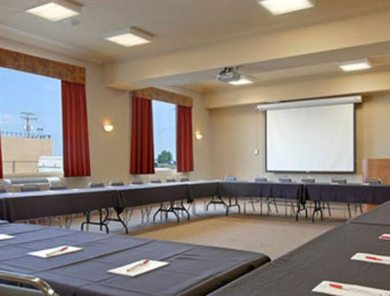 Ramada Airdrie Hotel and Suites: Meeting Room