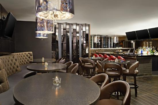 Four Points by Sheraton Calgary West: Rics Lounge