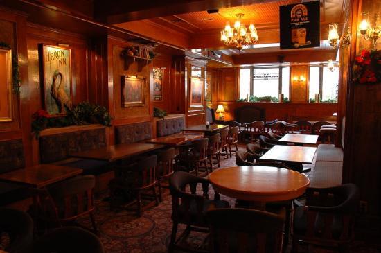 "Hotel Senator Saskatoon: Winston""s Pub"