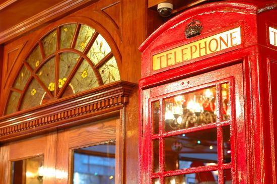 "Hotel Senator Saskatoon: Winston""s English Pub"