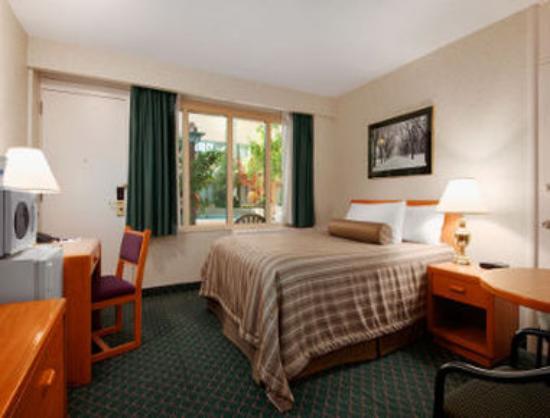 Travelodge Winnipeg East: 1 Queen Bedroom