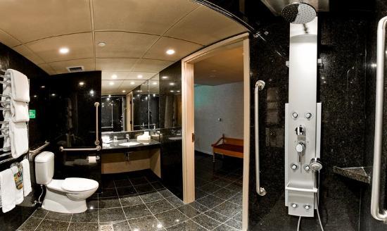 Banff Park Lodge Resort and Conference Centre : Barrier Free Washroom Web Res