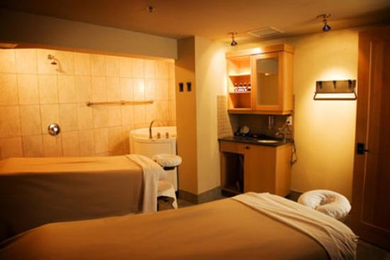 Banff Caribou Lodge & Spa: Red Earth Spa couples treatment room