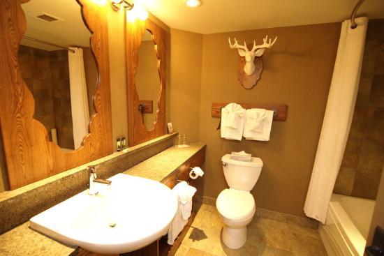 โรงแรมบาน์ฟ คาริบู ลอด์จแอนสปา: Caribou Lodge and Spa, Guest Room Bathroom