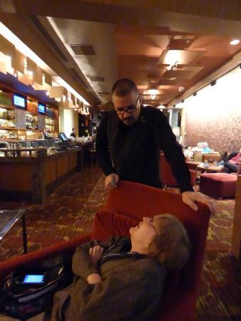Renaissance Seattle Hotel: Friendy chat in lounge.