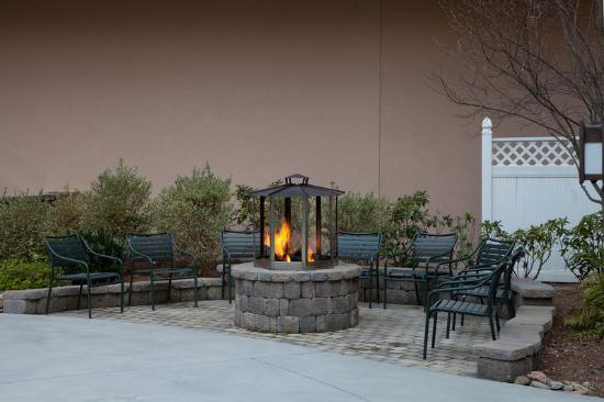 Holiday Inn Club Vacations Smoky Mountain Resort: Enjoy gathering around the firepit with family & friends