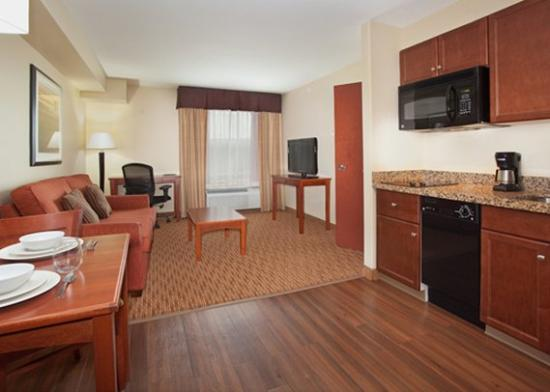 Days Inn and Suites Sherwood Park Edmonton: Living Room - 1 Bedroom Suite