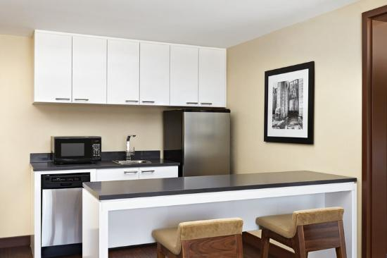 Four Points by Sheraton Kelowna Airport: Suite