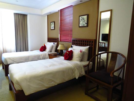 Butterfly on Wellington: Spacious room with twin beds and a mirror