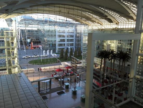 Hilton Munich Airport вид на вход от лифта