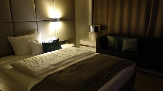 Lindner Congress Hotel Düsseldorf: Zimmeransicht Kingsize Bett
