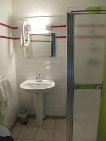 La Chaumiere: Ванная с протекажщим душем