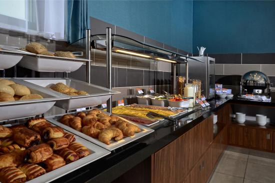 Holiday Inn Express Warsaw Airport : Breakfast buffet