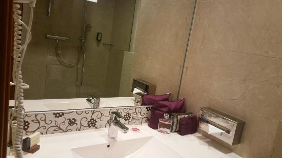 Ramada Oradea: Bathroom