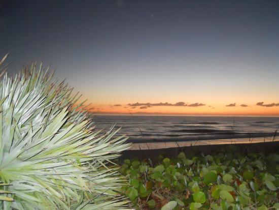 Turtle Run Oceanfront Suites : sunset