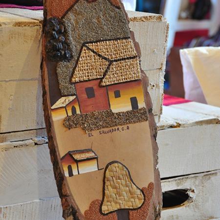 Las Brumas Grill y Café: handcraft store la piskucha