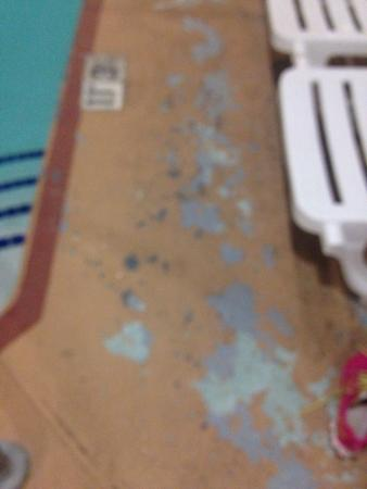 Comfort Suites Albuquerque: Pool deck is a dirty mess