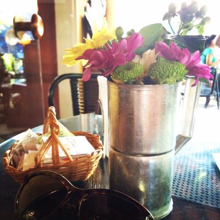 El Cafe de Aca : Linda deco, mientras espero mi ensalada italiana con empanada de muzzarella y tomate seco y mi l