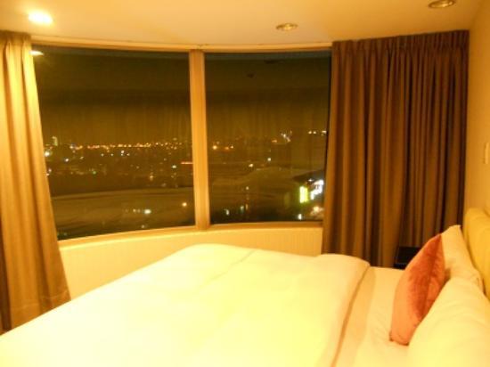 Bentley Park Suites: 角部屋で寝室の窓が大きかったです(半円形)
