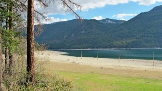 Castlegar, Kanada: Syringa Provincial Park beach, water and mountains