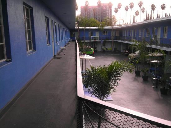 Banana Bungalow Hollywood: Courtyard at the hostel. Great spot to hang out night or day.