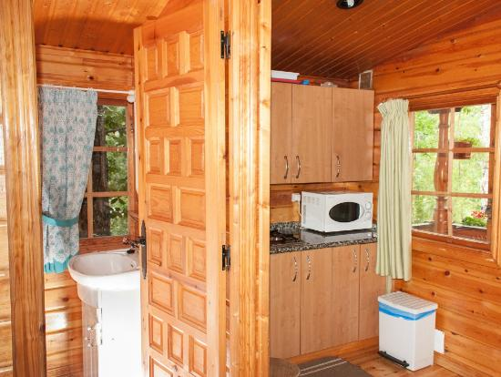 Cocina y ba o caba a 2 habitaciones picture of cabanas de madera sanabria vigo tripadvisor - Cavanas de madera ...